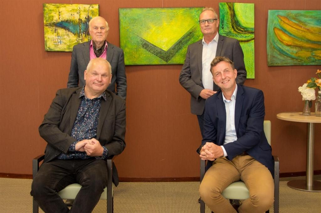 zittend links Albert Rechterschot, rechts Remco Wijnia. Staand links Hans Verduijn en rechts Peter Berkhout van de Raad van Toezicht  Eigen Foto © BDU media