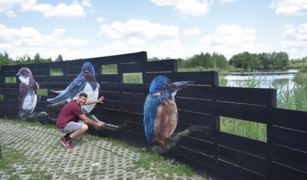 Daniël van de Haterd legt de laatste hand aan zijn vogelkunstwerk in De Schammer.