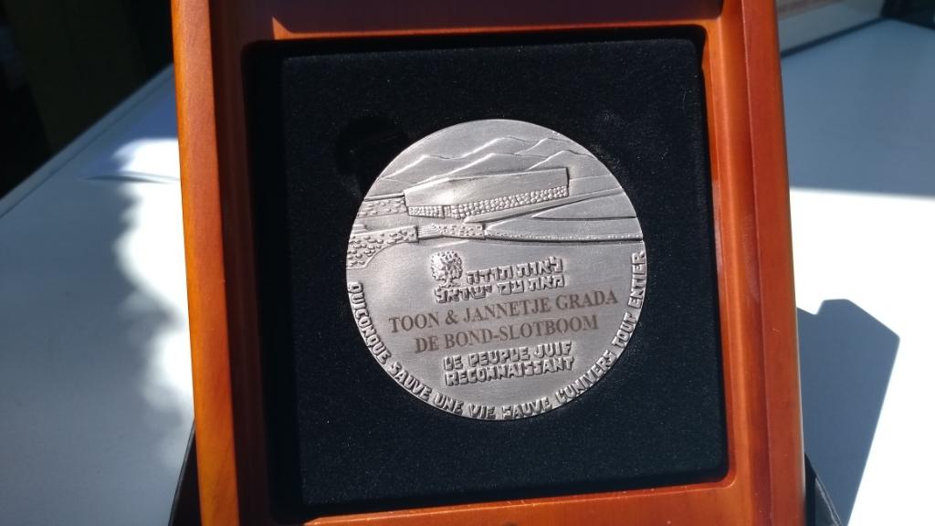 De Yad Vashem-medaille, postuum verleend aan Toon en Jansje de Bond uit Bennekom. BDUmedia © BDU Media