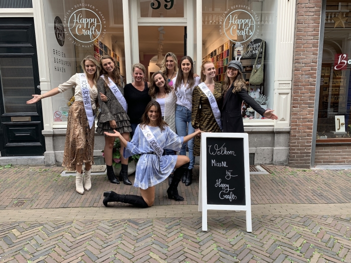 Een aantal finalisten poseren voor de winkel in Haarlem Happy Crafts © BDU media