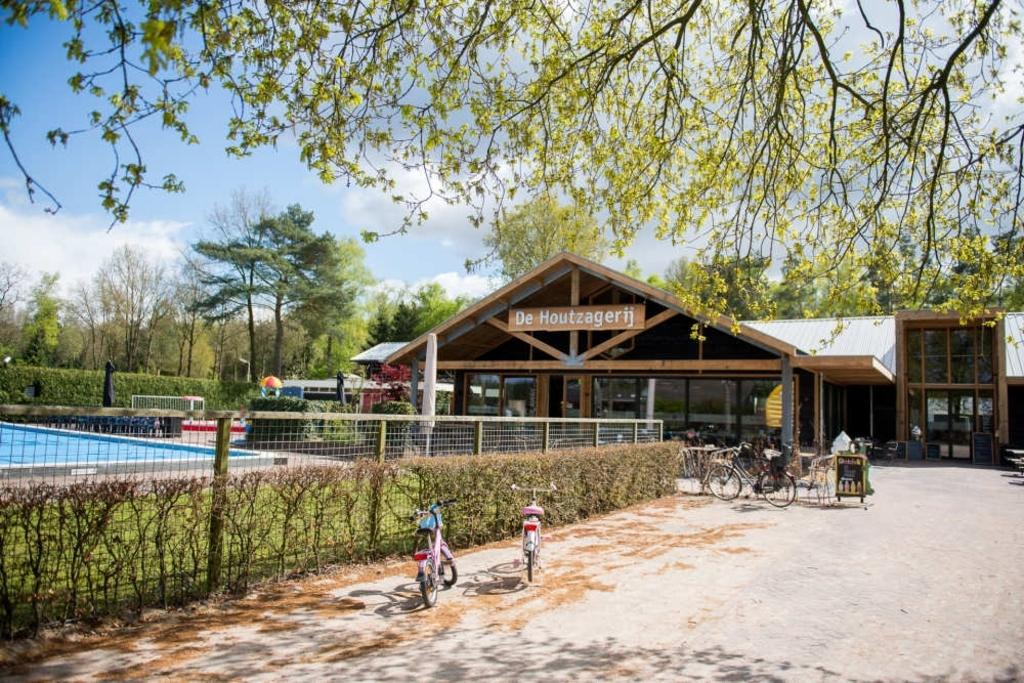 Restaurant De Houtzagerij en zwembad op De Wije Werelt in Otterlo. EuroParcs © BDU media
