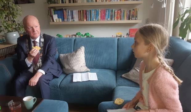 Jolien van den Broek en Ruud van Bennekom overleggen over de ijsbaan