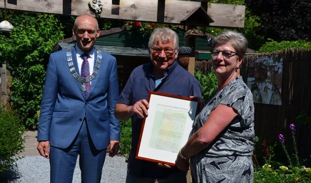 Han en Wil Nagelhout met loco-burgemeester Hans Marchal (op 1,5 m afstand)