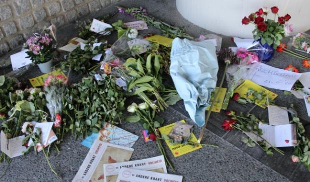 22 maart: er zijn bloemen bij raadhuis gelegd vanwege de eerste maatregelen om de verspreiding corona.