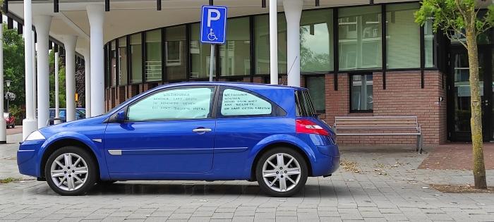Auto met tekst : wethouder laat gezin barsten