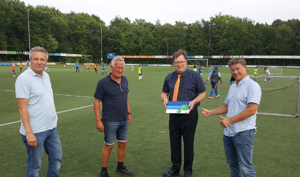 vlnr: Projectleider John Hoebe, jeugdvoorzitter Leo Rauch, KNVB-vertegenwoordiger Hans Buitenhuis en SO Soest-voorzitter Ries de Jong