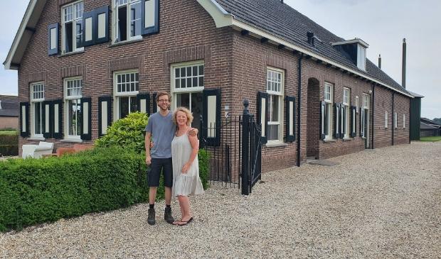 Initiatiefnemer Loes Schouten en deelnemer Jurjen van Rossum voor de monumentale boerderij aan het Overeind