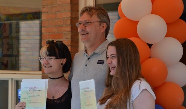 Een trotse vader met twee geslaagde dochters: Rona (links) en Xara (rechts).