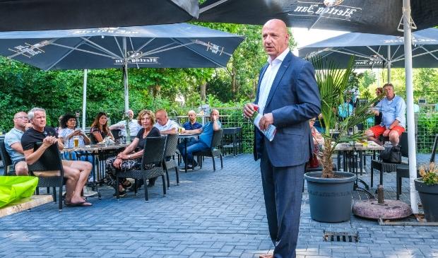 Ondernemers Café Haarlemmermeer - Johan Rip ontvangt magazine.