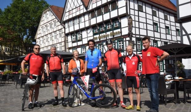 Martijn Hendriks met leden van RSC Soest en de loco-burgemeester Christiane Mackendsen van Soest Duitsland..