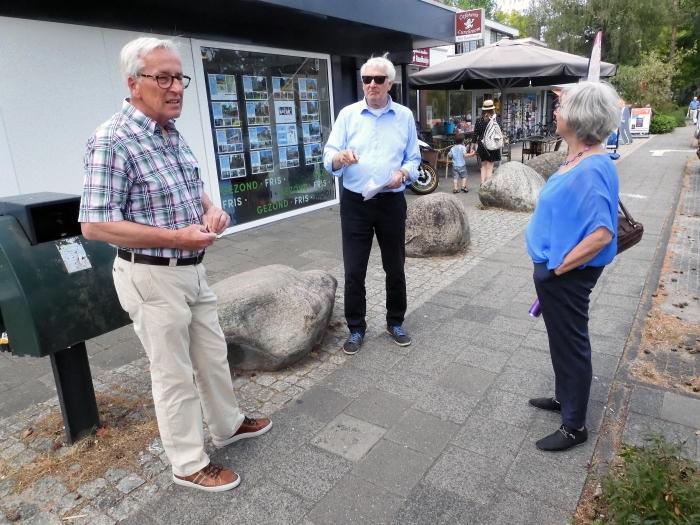 Bestuurslden van Heuvelrug Senioren hebben raadslid Evert de Boer (midden) gewezen op de vaak onveilige situaties waar voetgangers in het centrum van Maarn mee te maken hebben.