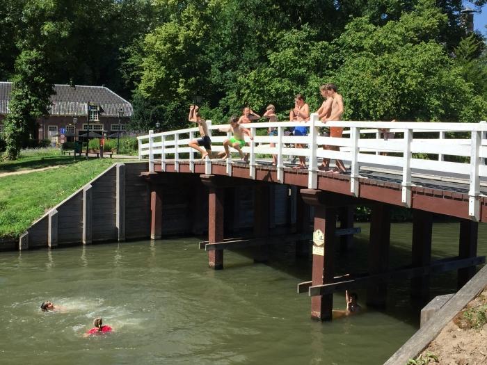 Springen vanaf de brug bij de Stayokay