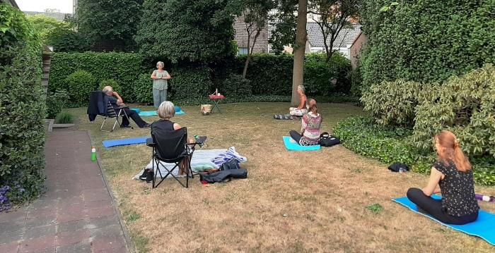 Qigongles in de tuin bij Van Rooijen