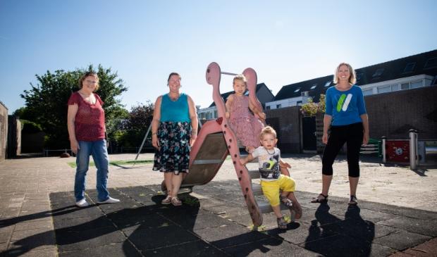 Vanessa (tweede van links) is bewust alleenstaande moeder. De kinderen zijn nu elke vrijdag bij Corry.