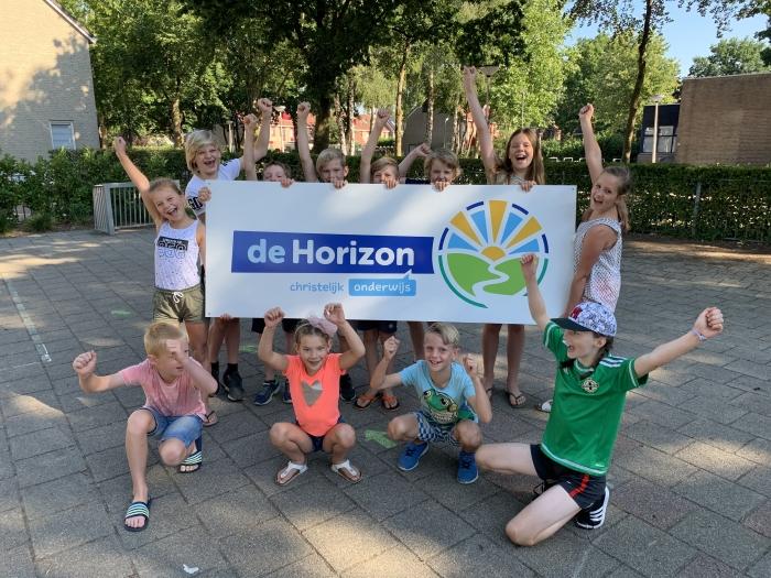 De leerlingenraad van De Horizon met het nieuwe logo