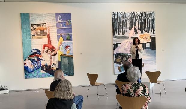 Lillian Bo´za, directeur van het Cobra Museum, houdt een toespraak tijdens de opening. Aan de muur hangt werk van Inbar Hasson.