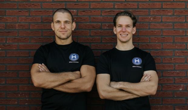 Thijs (links) en Daan van Huigenbos runnen met power en energie Sportschool Dojo Huigenbos.