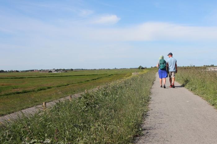 Wandelaars op de dijk van Durgerdam