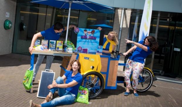 Nicole is trots op de campagnebakfiets en team Houten Veilig. V.l.n.r Gerald van der Linden, Nicole van Berkel, Monique ten Dam en Sietske Werensteijn.