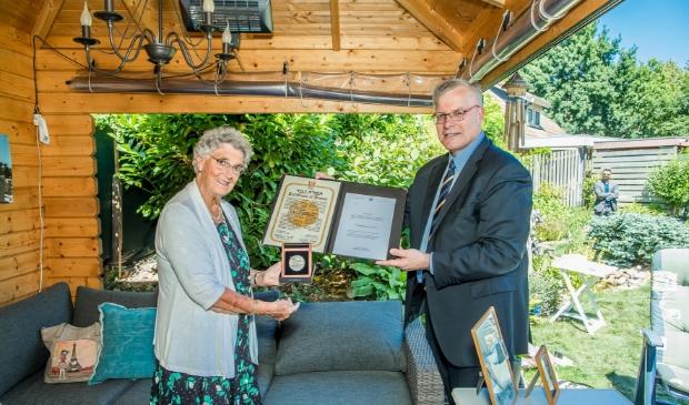Corrie Verhoef-de Bond ontvangt namens haar overleden ouders de Yad Vashem-medaille en oorkonde uit handen van de Israëlische ambassadeur Naor Gilon.