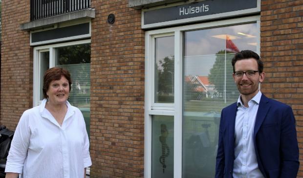 De gaande vrouw en de komende man bij de praktijk aan Liniewal.