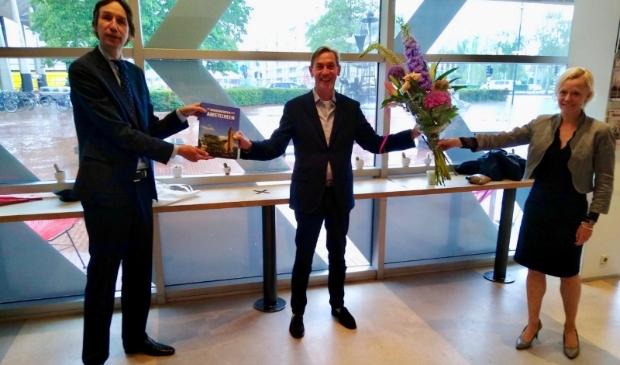 Stefan van Raay is aangenaam verrast door het bezoek van wethouders Herbert Raat en Floor Gordon.