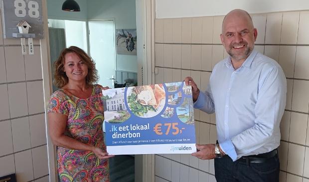 Wethouder Jeroen Verwoort overhandigd de cheque  aan Keetie Halfweeg uit IJmuiden