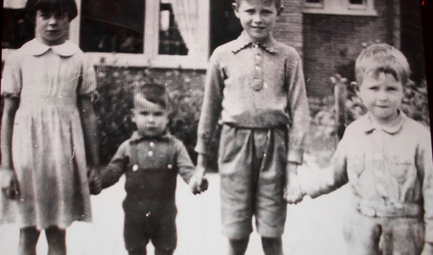 Cathelijntje, Gerard, Jan en Jacobus Beeke voor het huis in de Trompstraat. Gerard overleefde als enige van de vier de granaatinslag op hun woning eind april 1945. De foto is gemaakt in 1939.