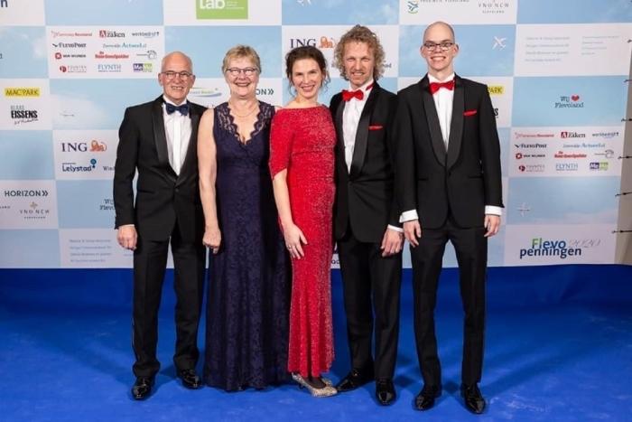 Van links naar rechts op het Flevo penningen gala van 2020: Piet en José (de grondleggers van het bedrijf), Martine, Arjen en Bern  nvt © BDU Media