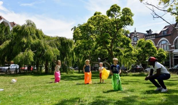 Cletis Martina aan het sporten met kinderen in Wilhelminapark.