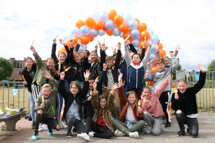 Leerlingen Kindcentrum Holk feestelijk ontvangen met ballonnen en ijs