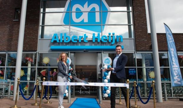 Supermarktmanager Margreet Hordijk en assistent-manager Niels Linders openen de vernieuwde AH Binnenhof Driebergen.