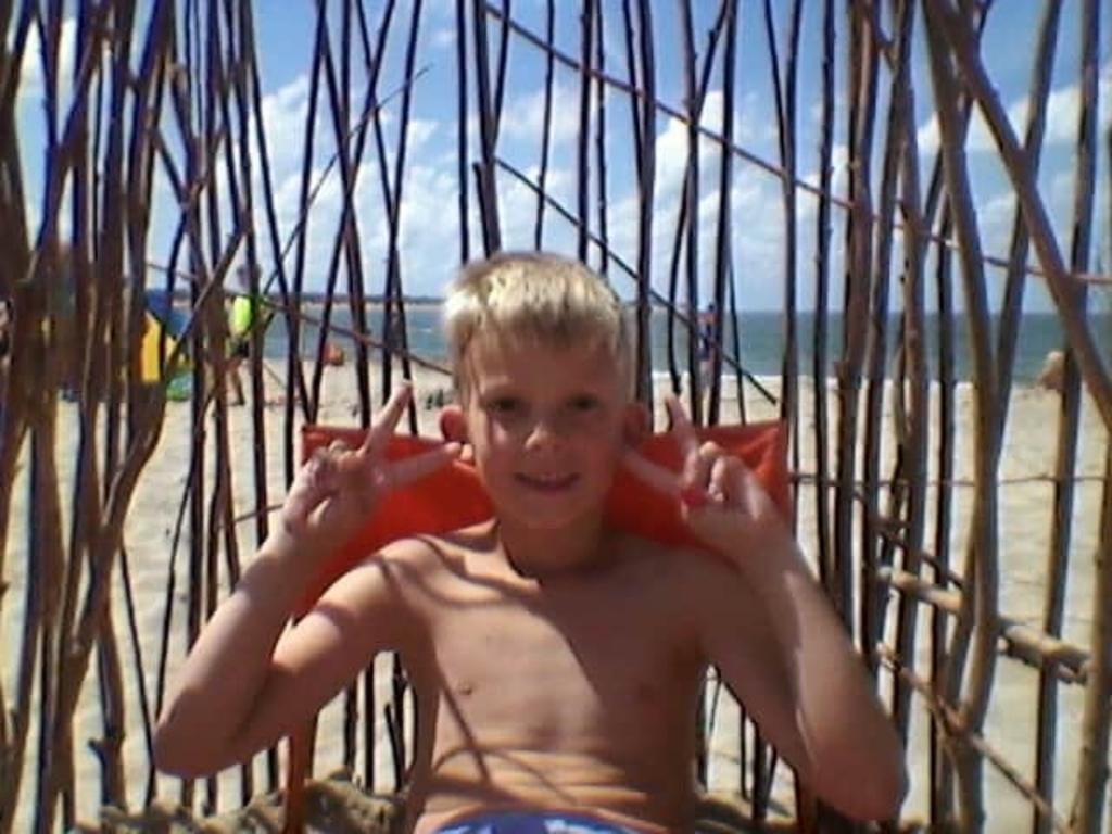 Scharendijke aan de Noordzee. Onze zoon Dylan zit hier heerlijk te genieten van zijn eigen gemaakte wind scherm, zoals hij zelf zegt. Danielle Welgraven © BDU Media
