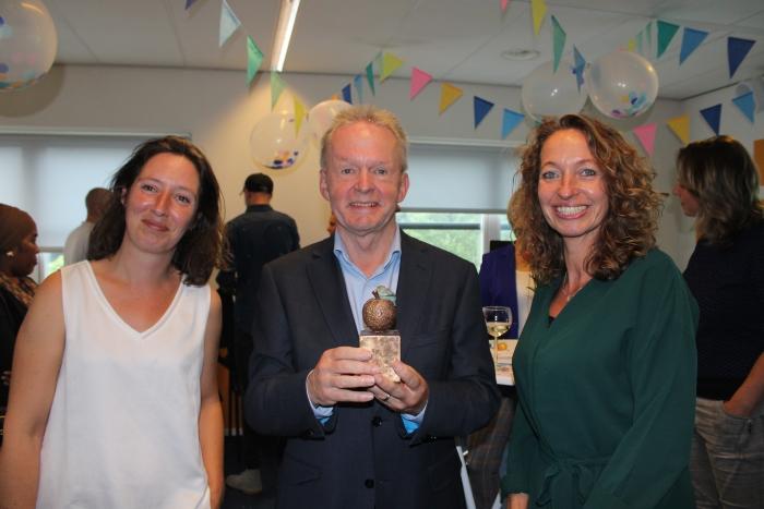Trotse directeur Roger Caubo geflankeerd door medewerker Marijn Kooiman (l) en teamleider Annet Onnink (r)