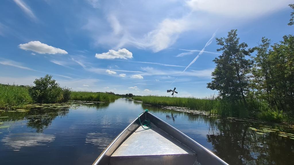 Heerlijk genieten van een boottochtje door de Weerribben. Karin Keijzer © BDU Media