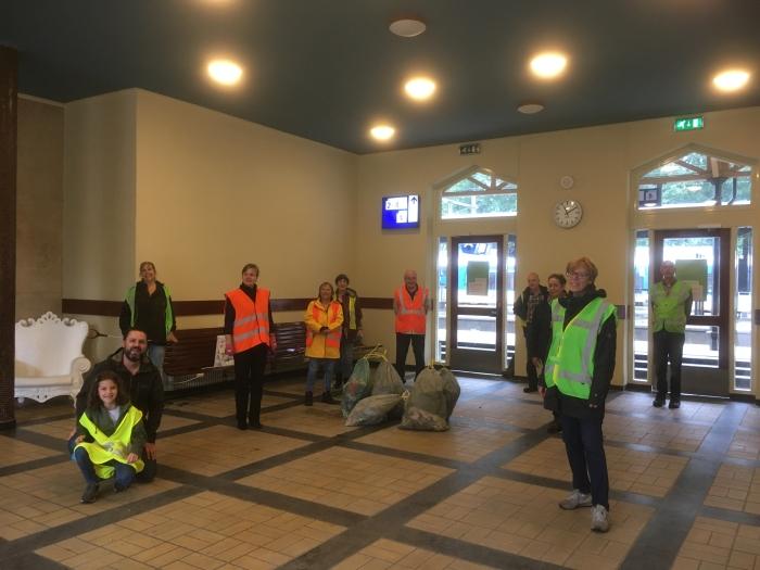 De Bermbrigade schuilt in de stationshal na de geslaagde opruimactie