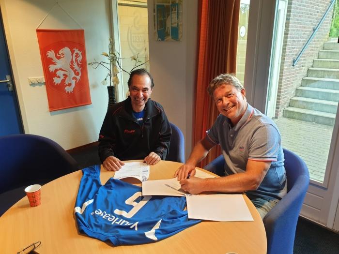 Don la Grand tekent bij SO Soest, onder toeziend oog van voorzitter Ries de Jong (r)
