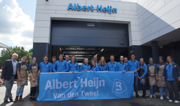 De medewerkers poseren met eigenaar Gerard van den Tweel voor de nieuwe laad- en losruimte van het bedrijf