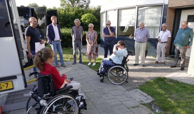 Bewoners Ilse en Maarten van het Gezinshuis Voorthuizen bij de nieuwe rolstoelbus.