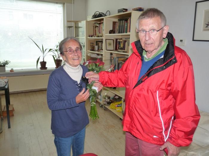 Mw. I van Sint Annaland-Jouwersma ontvangt de gouden jubileumspeld uit handen van PvdA-afdelingsvoorzitter Ton Willems.