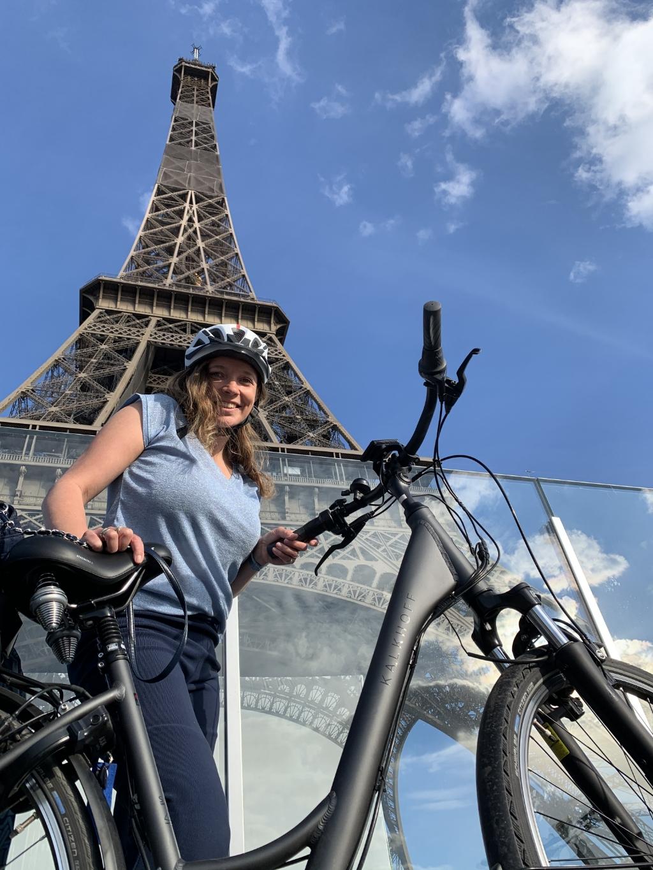 Parijs op dinsdag 28 juli: Jorijke Koelewijn op de fiets voor de Eiffeltoren in hartje Parijs. Waarom bijzonder? 'Met twee protheses en een rolstoel fietsten Jorijke en Henk Koelewijn in zeven etappes van Amersfoort naar Parijs. Wat een avontuur!' Henk Koelewijn © BDU media