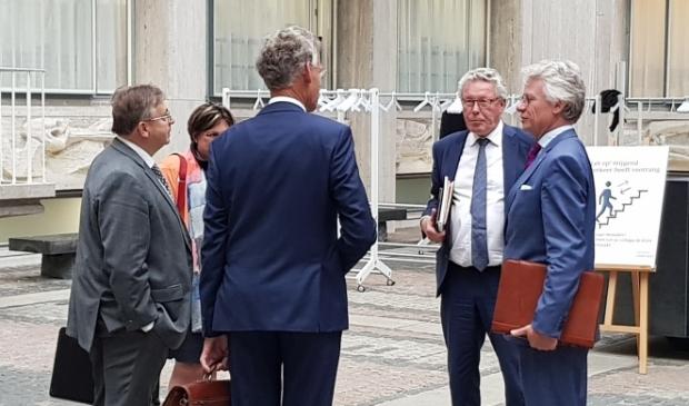 <p>CvK John Berends en gedeputeerde Markink in gesprek met het bezoek uit Scherpenzeel</p>