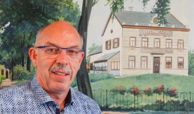 Paul Smit (1955-2020) voor het schilderij van het vroegere onderkomen van Drukkerij Smit BV en Uitgeverij Smit BV, dat achter de huidige Lidl aan de Van Weedestraat stond.