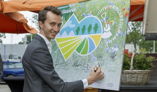 Wethouder Jan Pieter van der Schans ondertekent namens de gemeente Ede de samenwerkingsovereenkomst natuurinclusieve landbouw in Gelderland.