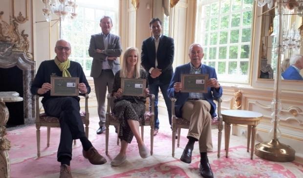 V.l.n.r. de prijswinnaars Fred Wentzel, Noortje van Hofwegen en Arend Mijs. Staand v.l.n.r. Erik van Dijk (Slot Zeist Horeca) en Peter de la Mar (projectmanager herinrichting).