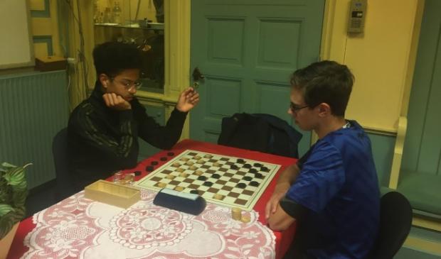 Marlon Drost (l) speelde tegen Victor Nieuwenhuis en won zijn partij.