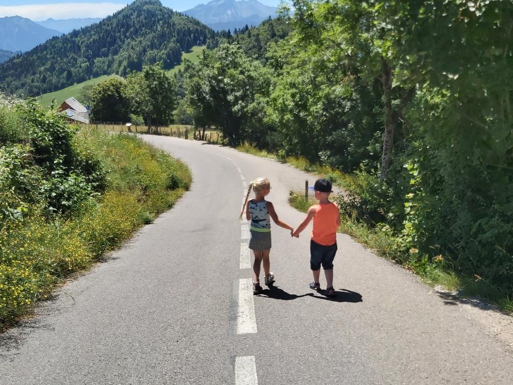 Pas 5 jaar oud en dan op vakantie in Annecy (Frankrijk) meteen je eerste echte vakantievriendin scoren. Marlous Pippel © BDU media