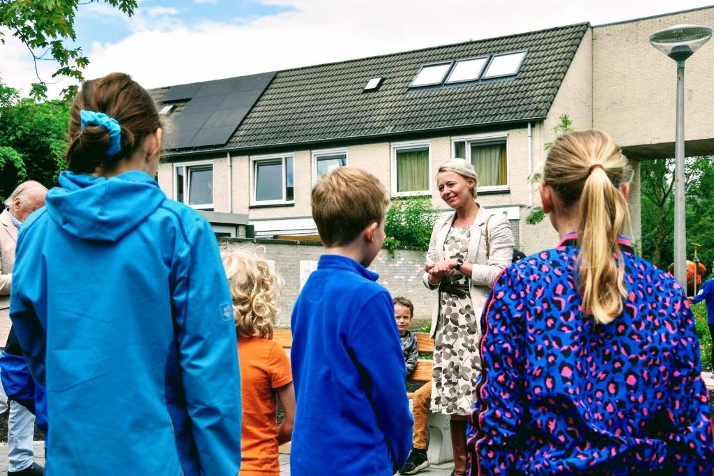 Buurtkinderen luisteren aandachtig naar wat de wethouder te vertellen heeft Joop Touw © BDU media
