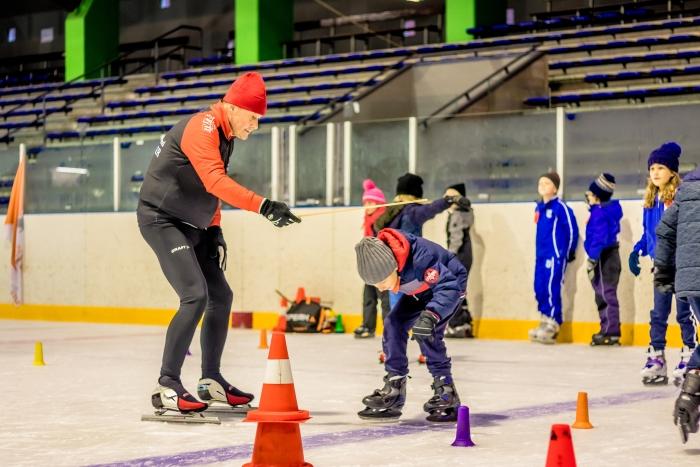 Henk Onderdelinden actief tijdens het schoolschaatsen