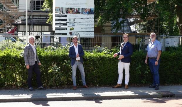 V.l.n.r. architect Pieter Brink, oprichter Wonen bij September Michiel van Putten, wethouder Peter de Pater en Eep van Manen van bouwbedrijf Gebroeders Van Manen